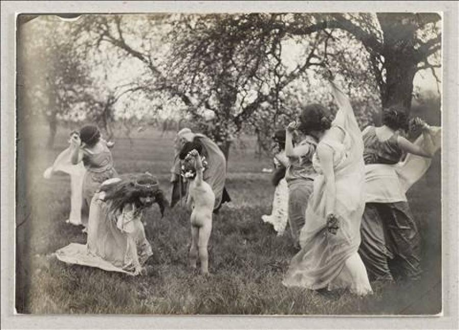 Isadora Duncan in a garden with children | Musée Bourdelle