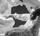Photographie d'Antoine Bourdelle posant dans une sculpture