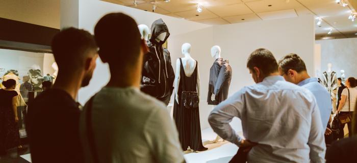 Exposition Back Side / Dos à la Mode