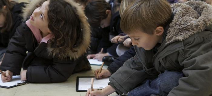 Enfants réalisant un dessin