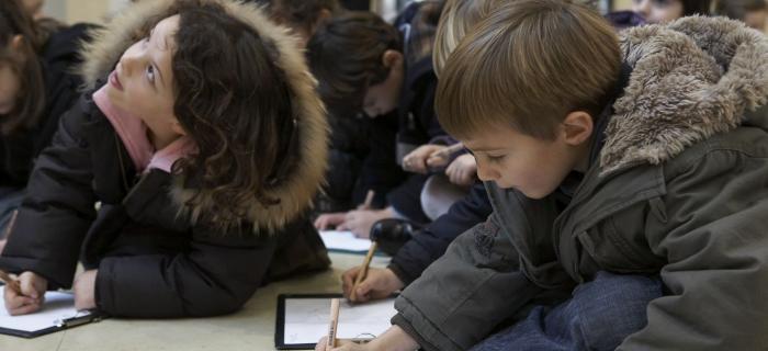 Enfants réaslisant un dessin
